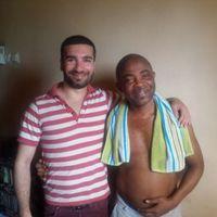 Medisinstudenten Akil har kommet vel frem til Ghana og er i hus hos sin vertsfamilie. Vertsfaren er svært takknemlig ovenfor de frivillige og den jobben de gjør, og kanskje enda mer nå. Vertfaren har nemlig grå stær som gjør at linsen i øyet mister sin klarhet. Nå sitter han bare inne og hans kone måtte slutte i jobben for å ta vare på han. En operasjon koster 2700 kr, som er et stort beløp i Ghana. Akil har nå gjennom venner og familie klart å samle inn hele beløpet til operasjonen! Det betyr a
